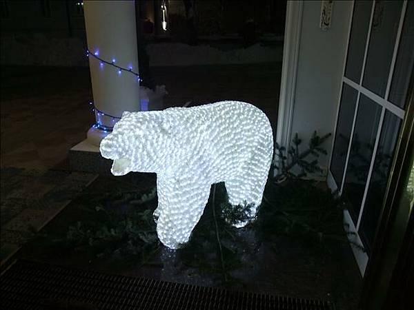 門口左右兩邊各有一隻北極熊