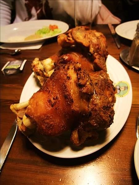 """午餐是""""德國豬腳""""~外皮很酥脆、肉也很嫩"""