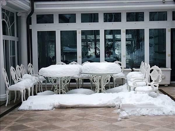 戶外桌椅上積超厚的雪