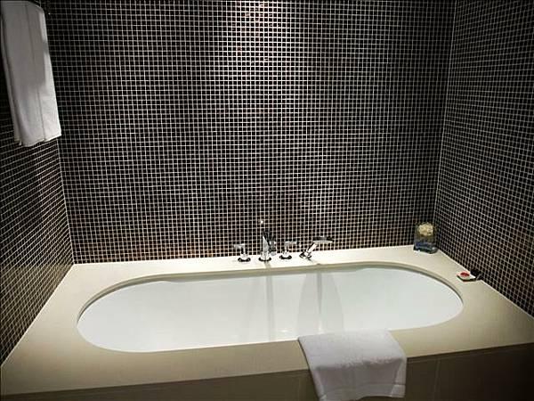 很大的浴缸~泡澡時我都怕自己滑下去><