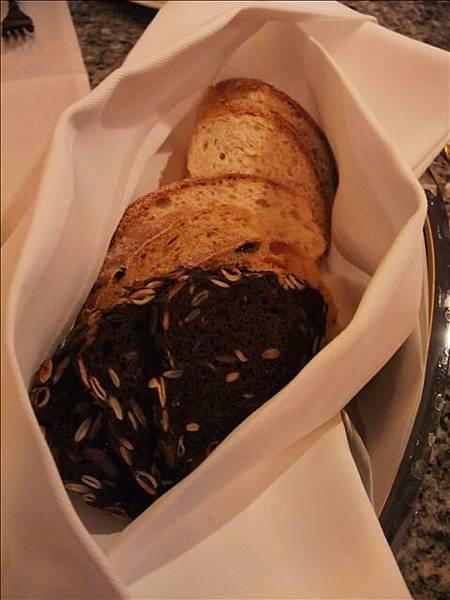 餐前麵包~不過吃起來會有點酸~不是很愛@@