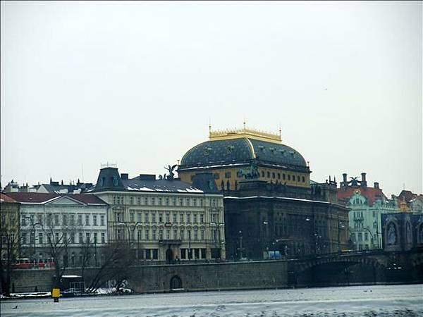 遠方像珠寶盒的那棟建築是國家歌劇院