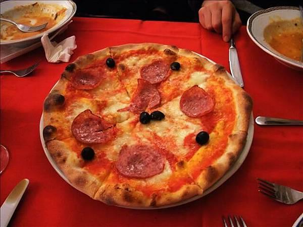 PIZZA是薄餅皮~超酥脆~好吃極了