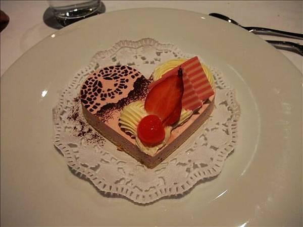 旅行社請餐廳特別準備的愛心蛋糕