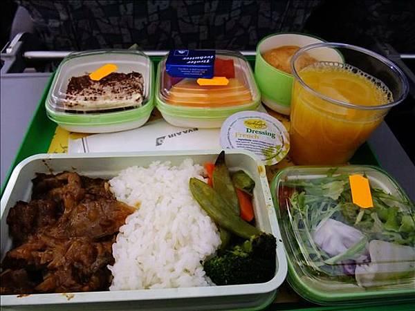回程第一次的飛機餐我跟寶貝吃超快的
