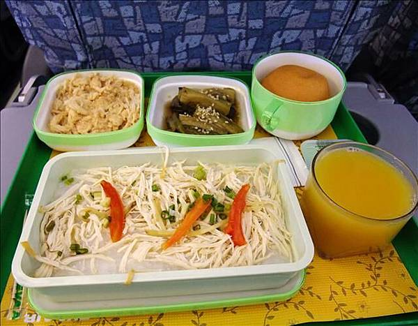 第三次的飛機餐是早餐~稀飯還OK~但肉鬆好硬