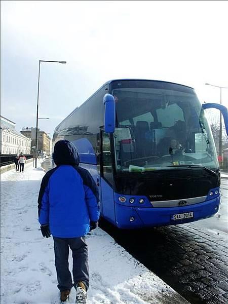 準備搭巴士到機場囉