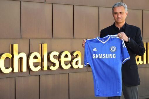 £££-Jose-Mourinho-holds-up-the-Chelsea-club-shirt-1929436