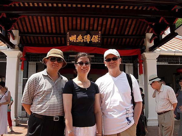 在馬六甲「三寶廟」(左起:陳思和、王安憶、焦桐,右後方為楊牧)