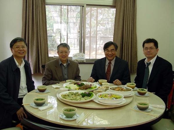在中央大學,與前後任校長劉兆漢(左二)、劉全生(右二)聚餐
