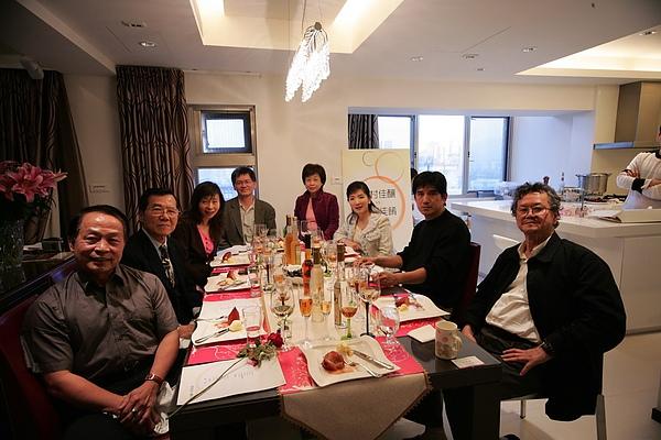 品酒試菜(右起:黃春明、邱坤良、何麗玲、李昂、焦桐、平路、陳幸浩、李健全)