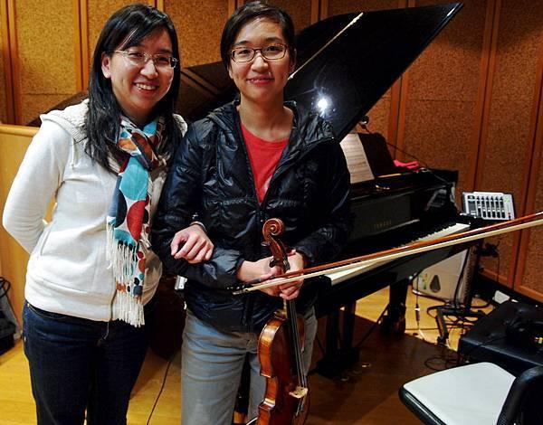發稿(1)右為導演楊貽茜(拿著小提琴)、 左為楊琬茜