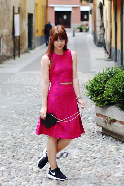 black-messenger-asos-bag-hot-pink-crop-sister-jane-top_400