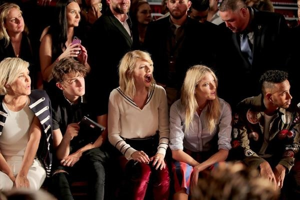 la-taylor-swift-at-the-tommy-hilfiger-x-gigi-hadid-fashion-show-at-new-york-fashion-week-20160909