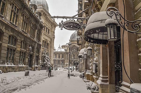Stavropoleos-Street-in-winter-in-Bucharest
