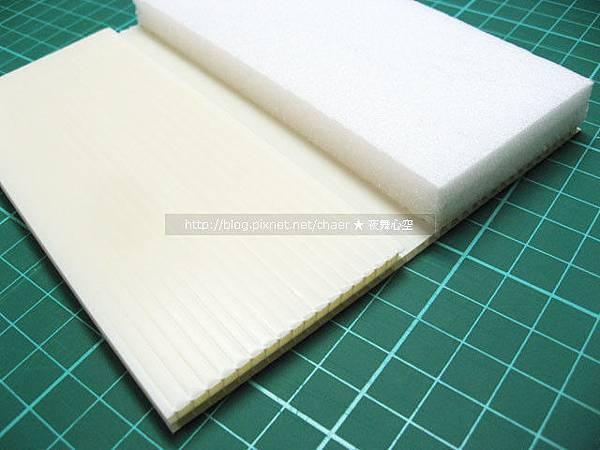 確定厚度後,黏貼好保麗龍和塑膠紙板