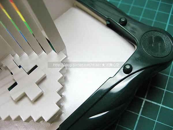 用小工具,將四邊的方角壓成圓角