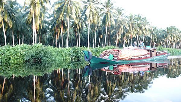 裝載剝好椰子殼(所以椰子變咖啡色的)的運輸船......