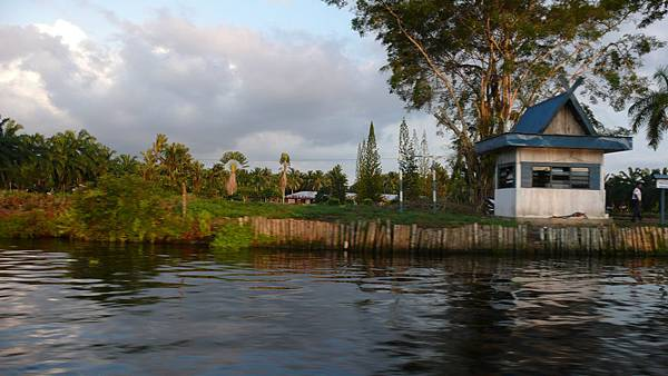 小艇經過運河上的風景....這河裡~~~據說有鱷魚出沒.....你信嗎??XDD