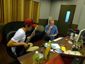 Cola與錄音師.jpg