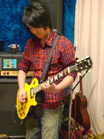 難得看到德修彈吉他.jpg
