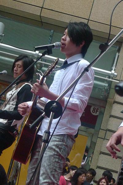 彈木吉他的黃牛.jpg