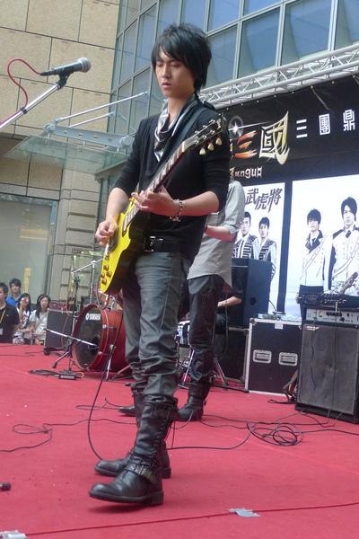 彈吉他的脩超帥.jpg