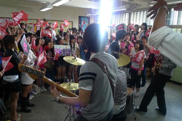 歌迷擠滿教室2.jpg