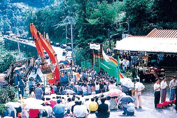 當年的台北縣政府無視於禪宗弟子的緩拆要求,竟以怪手驅離群眾並將明安寺夷為平地