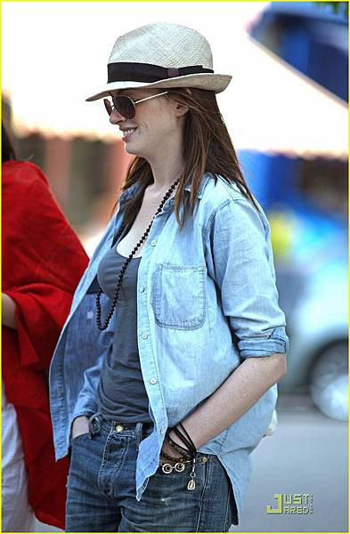 anne-hathaway-london-05.jpg