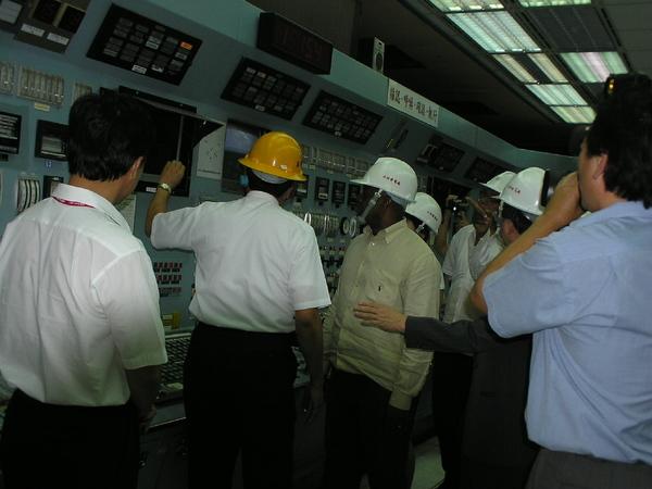 台電董事長陪總理參觀控制室