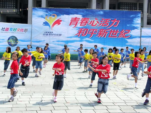 國小學童載歌載舞參與活動