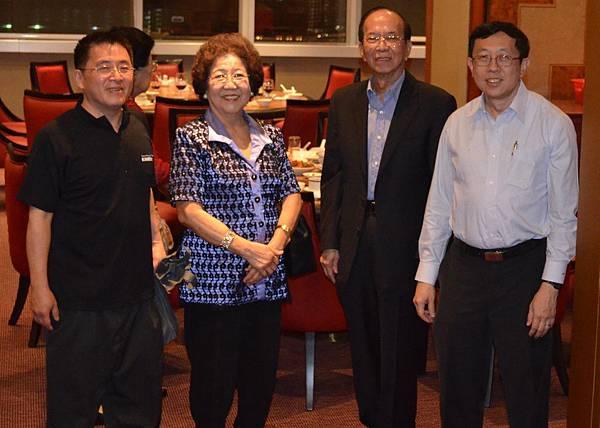 太平執行董事張唐聲(右)與堂弟張雲萍(左)合影
