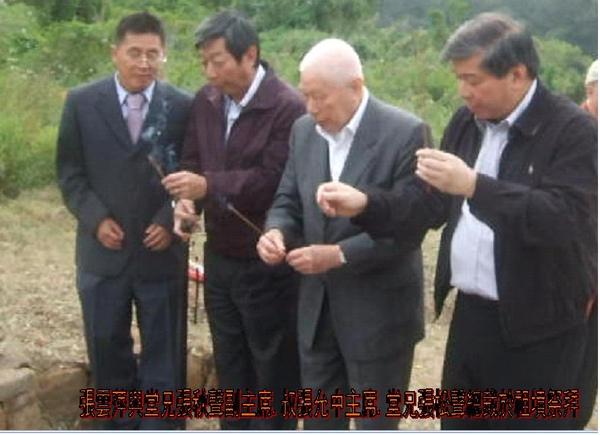 張雲萍與叔父張允中、堂兄張秋聲張松聲照於祖墳祭拜(字).JPG