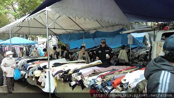 滿山滿谷的布堆,老闆直接開大貨車來,布料多到不知道要怎麼挑>~<