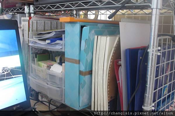 抽屜區旁放紙本雜物