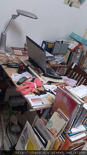 整理前桌子凌亂的樣子