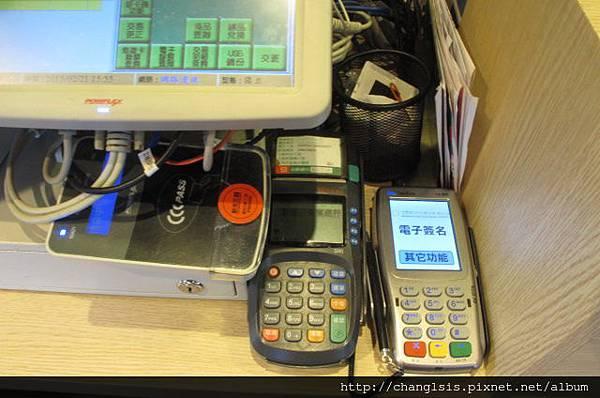 擠在一起的刷卡機跟感應器