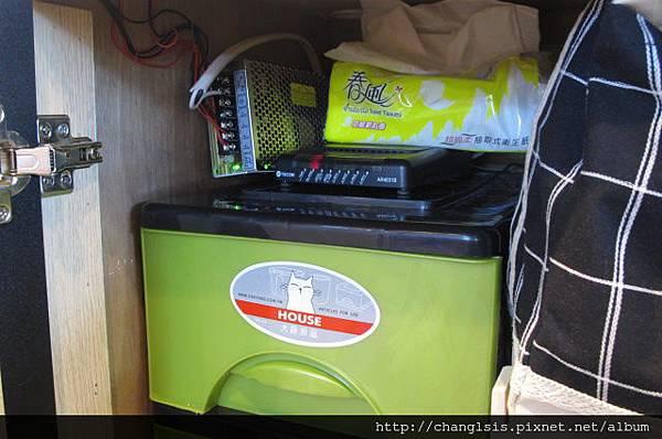 黑色收納箱上方放數據機跟不知名的線路盒