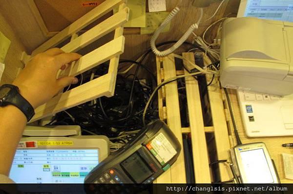 木板掀開後可以檢查電線