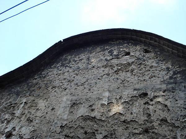 老牆有三層樓高