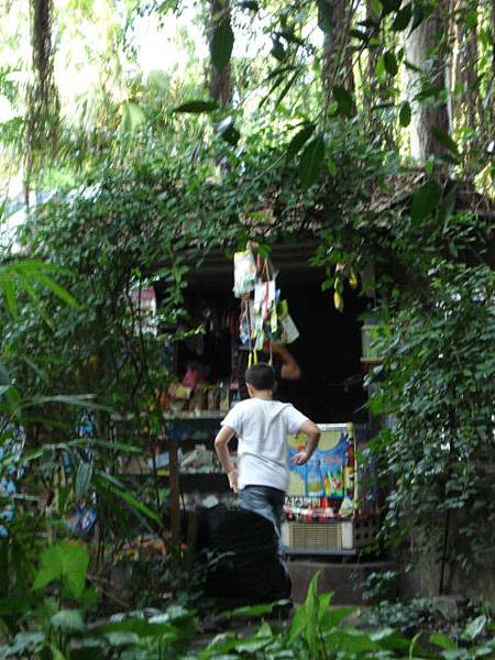 當地人在廢墟裡的小雜貨店