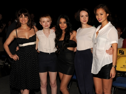 124916_carla-gugino-emily-browning-vanessa-hudgens-jena-malone-and-jamie-chung-pose-at-the-sucker-punch-pan.jpg