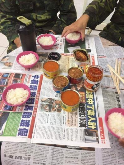 士兵在文蘭村的救災罐頭餐