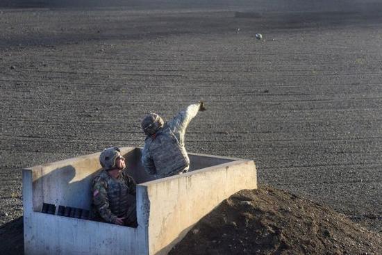 投掷M67手榴弹
