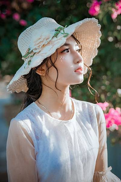 woman-wearing-sunhat-1382731.jpg