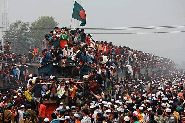 Thousands-of-Bangladeshi-Muslims-board-overcrowded-trains-as-they-try-to-return-home-after-attending-a-three-day-Islamic-Congregation-on-the-banks-of-the-river-Turag-in-Tongi-outskirts-of-Dhaka-Bangladesh-on-January-23-2011__880