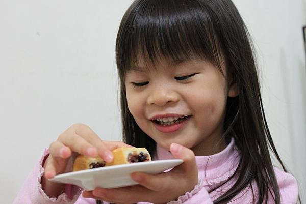 吃鳳梨酥-1.JPG
