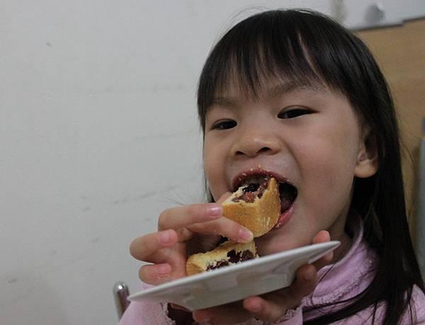 吃鳳梨酥-2.JPG