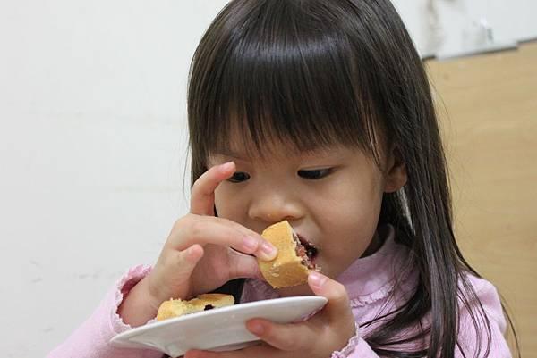 吃鳳梨酥.JPG